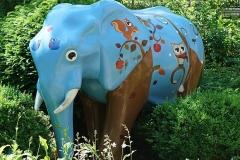 Ein farbiger Elefant am Eingang des Maxipark