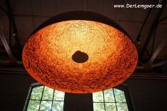 Große Lampe in der Gastro-Location im Park