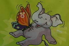 Überall - Hinweisbanner mit dem Parktier-Elefant - Hier Hinweis auf das Schmetterlingshaus