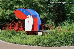 Meditationsbrücke im Park - sehr ansprechend in weißer, roter und blauer Farbe.